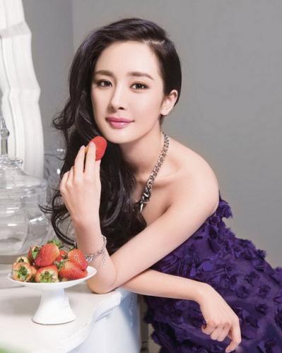最新流行女士发型排行榜中榜 杨幂一头精致整齐的卷发,配以大侧分刘海图片